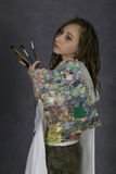 De aantrekkelijke jonge vrouwenkunstenaar houdt borstel en het palet, begint een nieuwe verf te trekken royalty-vrije stock foto's