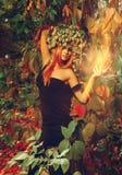 De aantrekkelijke jongelui gelezen tovenaar van de haardame met hop op hoofd Royalty-vrije Stock Afbeelding