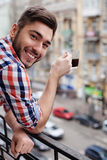 De aantrekkelijke kerel drinkt een kop van drank Royalty-vrije Stock Foto's
