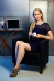 De aantrekkelijke kop van de de holdingskoffie van de blondevrouw stock foto's