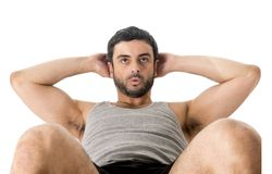 De aantrekkelijke Latijnse sportmens die het lopende kleren doen dragen zit omhoog of kraakt Stock Foto