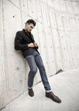 De aantrekkelijke mens kleedde zich in jeans en laarzen Stock Afbeelding