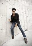 De aantrekkelijke mens kleedde zich in jeans en laarzen Royalty-vrije Stock Foto