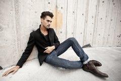 De aantrekkelijke mens kleedde zich in jeans en laarzen Stock Fotografie