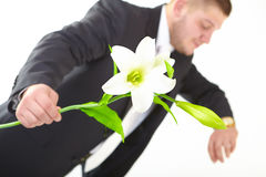 De aantrekkelijke mens met bloem kijkt op horloge Ondiepe diepte-van-field Stock Foto's