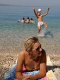 De aantrekkelijke moeder en de kinderen genieten van in vakantie Stock Foto's
