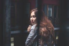 De aantrekkelijke mooie vrouw wacht haar vriend bij appointme stock afbeeldingen
