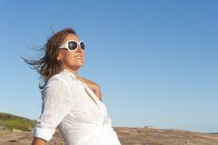 De Aantrekkelijke Rijpe Vrouw van het portret Openlucht stock afbeelding