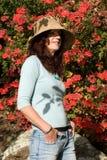 De Aantrekkelijke Rijpe Vrouw van Sunsafe met Hoed Royalty-vrije Stock Foto
