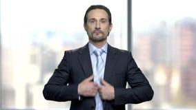 De aantrekkelijke rijpe zakenman strijkt glad stock footage