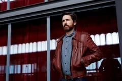 De aantrekkelijke schilder in leathern jasje ging naar de Galerij van het balkonbeeld royalty-vrije stock afbeeldingen