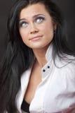 De aantrekkelijke seksuele jonge vrouw kijkt omhoog Royalty-vrije Stock Afbeelding