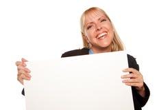 De aantrekkelijke Sleutels van de Holding van de Blonde en Leeg Teken Stock Foto