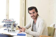 De aantrekkelijke student of hipster stileert freelancer zakenman het werken met laptop computer en mobiele telefoon royalty-vrije stock fotografie