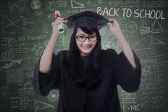 De aantrekkelijke student viert graduatie in klasse Stock Foto's