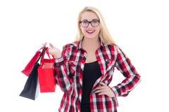 De aantrekkelijke tiener in oogglazen met het winkelen doet isolat in zakken Stock Afbeelding