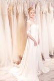 De aantrekkelijke toekomstige bruid past nieuwe kleding Stock Foto's