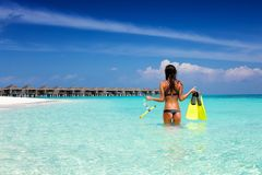 De aantrekkelijke tribunes die van de vakantievrouw met toestel in het tropische overzees snorkelen Stock Foto's
