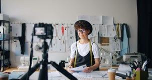 De aantrekkelijke video van de de ontwerperopname van de meisjesmanier voor Internet-blog over kleren stock footage