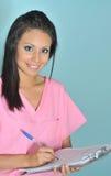 De aantrekkelijke vriendschappelijke vrouw van gezondheidsadmin Royalty-vrije Stock Foto's