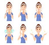 De aantrekkelijke vrij jonge vrouw gekleed in toevallige t-shirt verwijdert omhoog schone samenstelling, wast en geeft haar gezic Stock Afbeeldingen