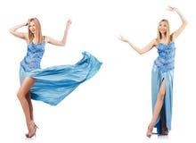 De aantrekkelijke vrouw in blauwe kleding op wit Stock Foto