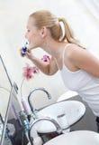 De aantrekkelijke vrouw borstelt haar tanden Royalty-vrije Stock Afbeeldingen
