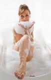 De aantrekkelijke vrouw geniet van in de badkuip. royalty-vrije stock afbeeldingen