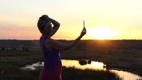 De aantrekkelijke vrouw kamt haar haar en bekijkt haar spiegel in slo-mo stock footage