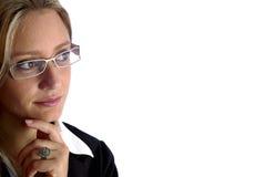 De aantrekkelijke vrouw kijkt aan de camera Stock Foto's