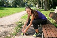 De aantrekkelijke vrouw neemt een onderbreking na sporten Stock Foto