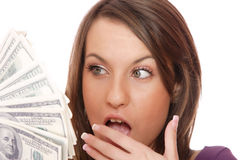De aantrekkelijke vrouw neemt partij van 100 dollarsrekeningen Stock Foto