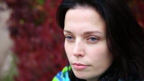 De aantrekkelijke vrouw verpakt zich omhoog met kleurrijke sjaal dichte omhooggaand stock footage
