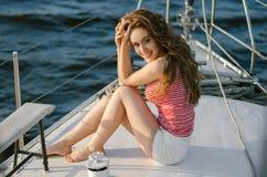De aantrekkelijke vrouw zit op een jacht in de zomer Cruise, reis, Stock Afbeeldingen