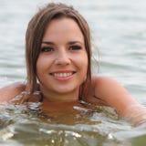 De aantrekkelijke vrouw zwemt stock afbeeldingen