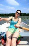 De aantrekkelijke vrouw zwemt in boot Royalty-vrije Stock Foto
