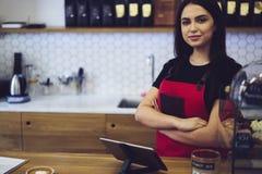 De aantrekkelijke vrouwelijke eigenaar van onderneemsterbarista van bar caffe stock fotografie