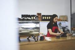 De aantrekkelijke vrouwelijke eigenaar van onderneemsterbarista van bar caffe royalty-vrije stock fotografie
