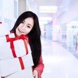 De aantrekkelijke vrouwelijke klant brengt dozen bij wandelgalerij vector illustratie