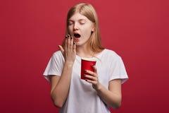 De aantrekkelijke vrouwelijke student heeft probleem met nachtslaap royalty-vrije stock foto