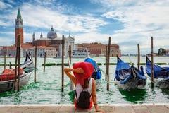 De aantrekkelijke, vrouwelijke toerist geniet van de mening van St Teken` s Vierkant in Venetië, Italië royalty-vrije stock fotografie