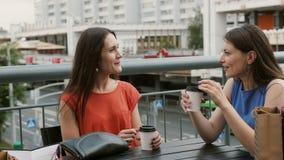 De aantrekkelijke vrouwenvrienden communiceren in een koffie met een mening van het verkeer, het spreken, drinkend koffie na het  stock videobeelden