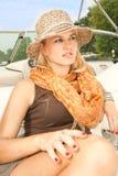 De aantrekkelijke zitting van de schoonheidsvrouw op jacht Stock Foto's