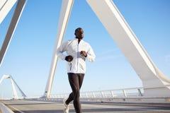 De aantrekkelijke zwarte atleet op ochtend stoot aan Stock Afbeelding