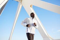 De aantrekkelijke zwarte atleet op ochtend stoot aan Royalty-vrije Stock Foto
