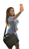 De aantrekkelijke zwarte bedrijfsvrouw neemt een selfie Royalty-vrije Stock Afbeeldingen