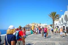 De aantrekkelijkheid Fira Santorini Griekenland van de toeristenhoofdstraat Royalty-vrije Stock Foto's