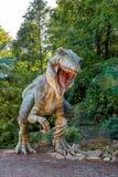 Vyskov, Tsjechische Republiek - 19.8. 2012 - toeristenaantrekkelijkheid - realistisch model van grote tyranosaurus rex in wilderni Stock Foto's