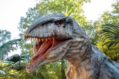 Vyskov, Tsjechische Republiek - 19.8. 2012 - toeristenaantrekkelijkheid - realistisch model van grote tyranosaurus rex in wilderni Royalty-vrije Stock Foto