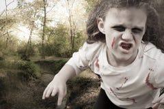 De Aanvallen van weinig Zombiemeisje Stock Fotografie